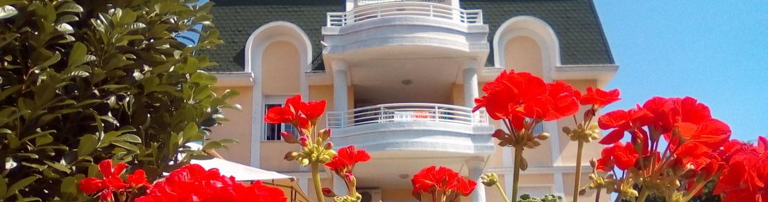 Dom za stare Palma okružen cvećem